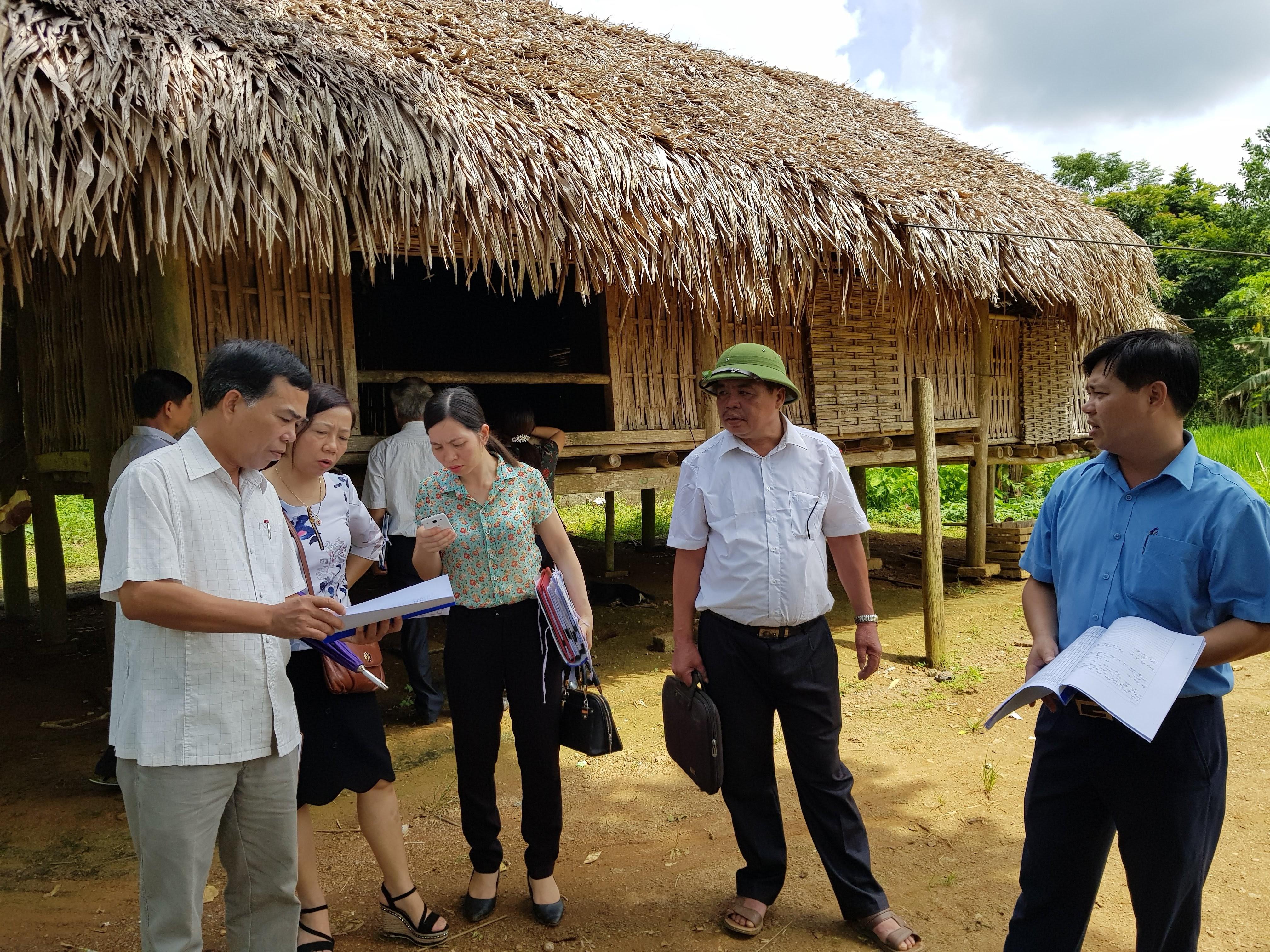 Cán bộ Ban Dân tộc đi khảo sát thực tế công tác giám nghèo.