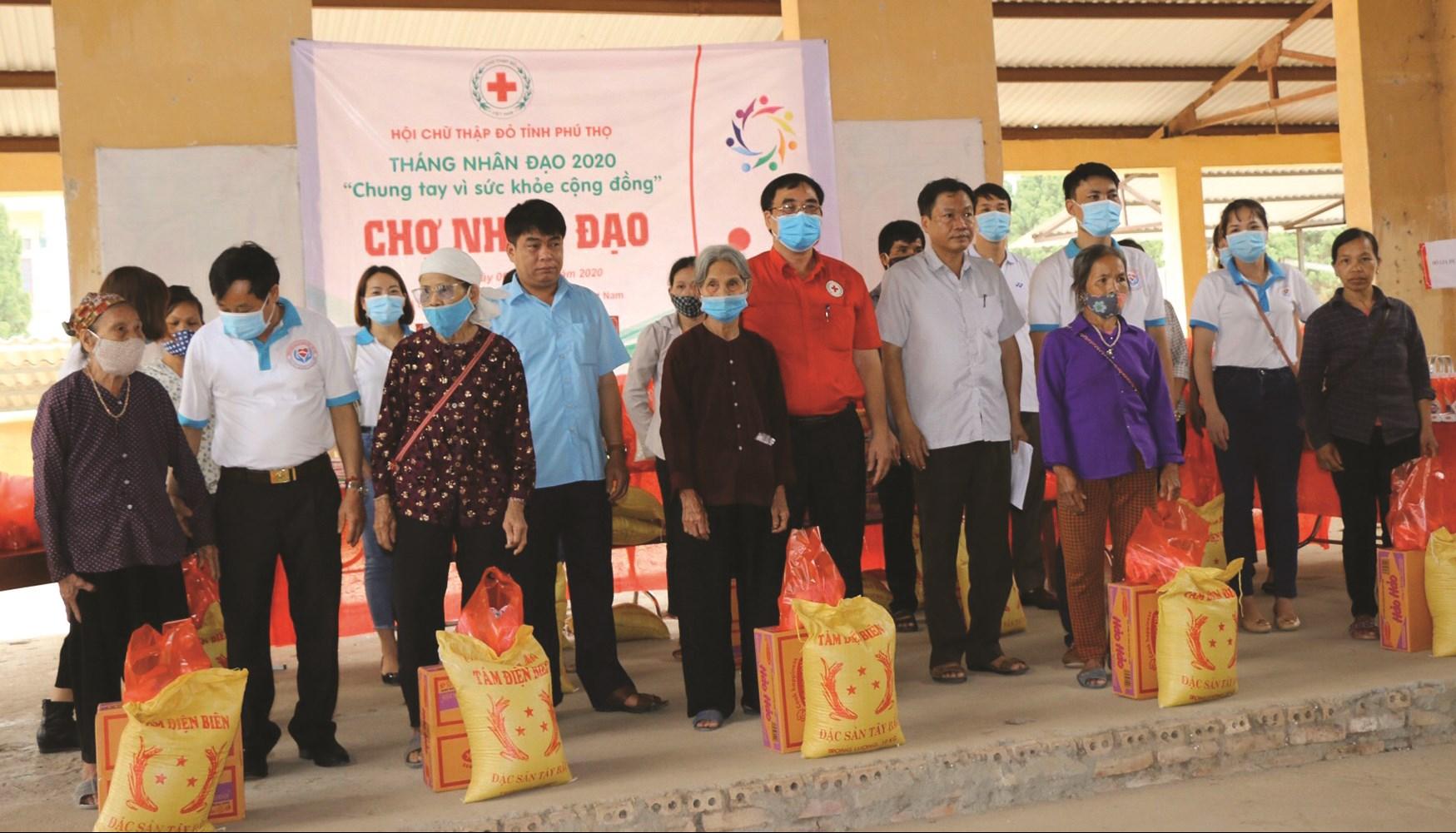 Chợ Nhân đạo hỗ trợ người dân khó khăn ở huyện Yên Lập (Phú Thọ).