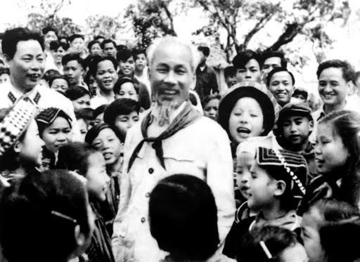 Bác Hồ với các cháu thiếu nhi vùng cao Việt Bắc (1960). Ảnh: Tư liệu