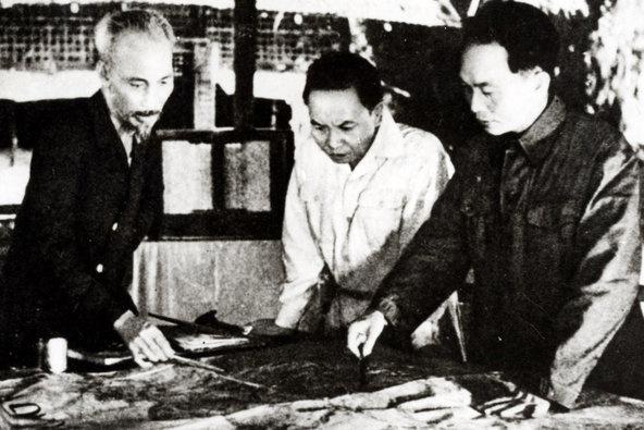 Chủ tịch Hồ Chí Minh cùng Ban Thường vụ Trung ương Đảng quyết định mở chiến dịch Điện Biên Phủ. Ảnh tư liệu