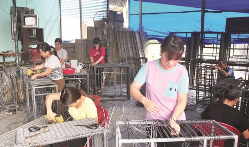Một cơ sở sản xuất hàng thủ công tại xã An Nhơn, Đạ Tẻh (Lâm Đồng).