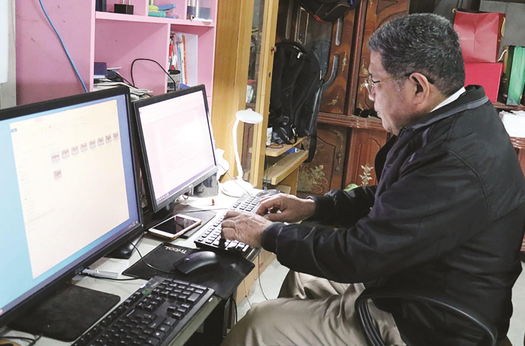 Bằng sự tự học hỏi, nhà nghiên cứu Bùi Huy Vọng rất thành thạo công nghệ để áp dụng vào việc nghiên cứu văn hoá dân gian