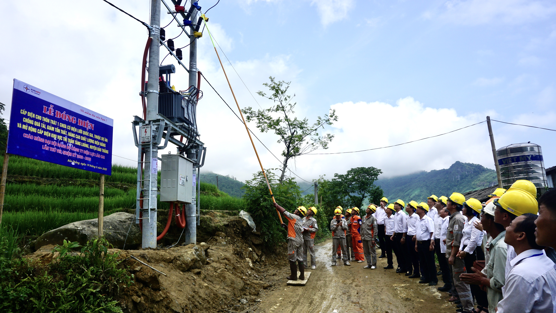Đóng điện cho thôn Bản Trát 1,2, thị trấn Tằng Lỏong, huyện Bảo Thắng