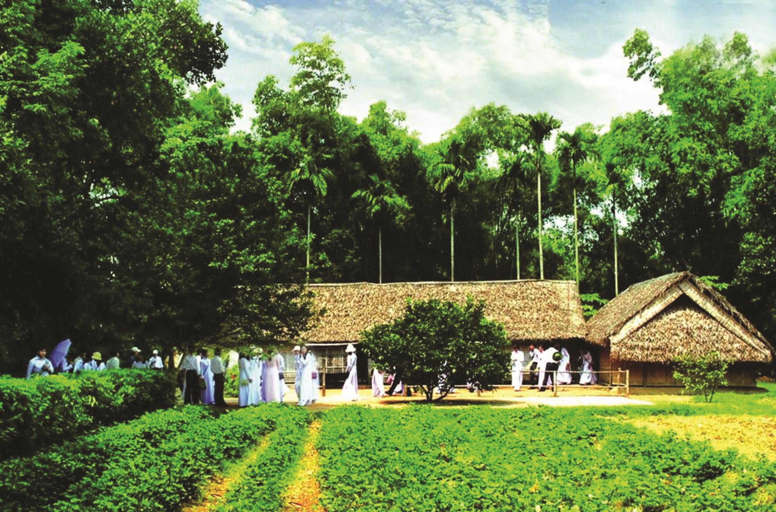 Đông đảo người dân về thăm làng Sen quê Bác. Ảnh TL
