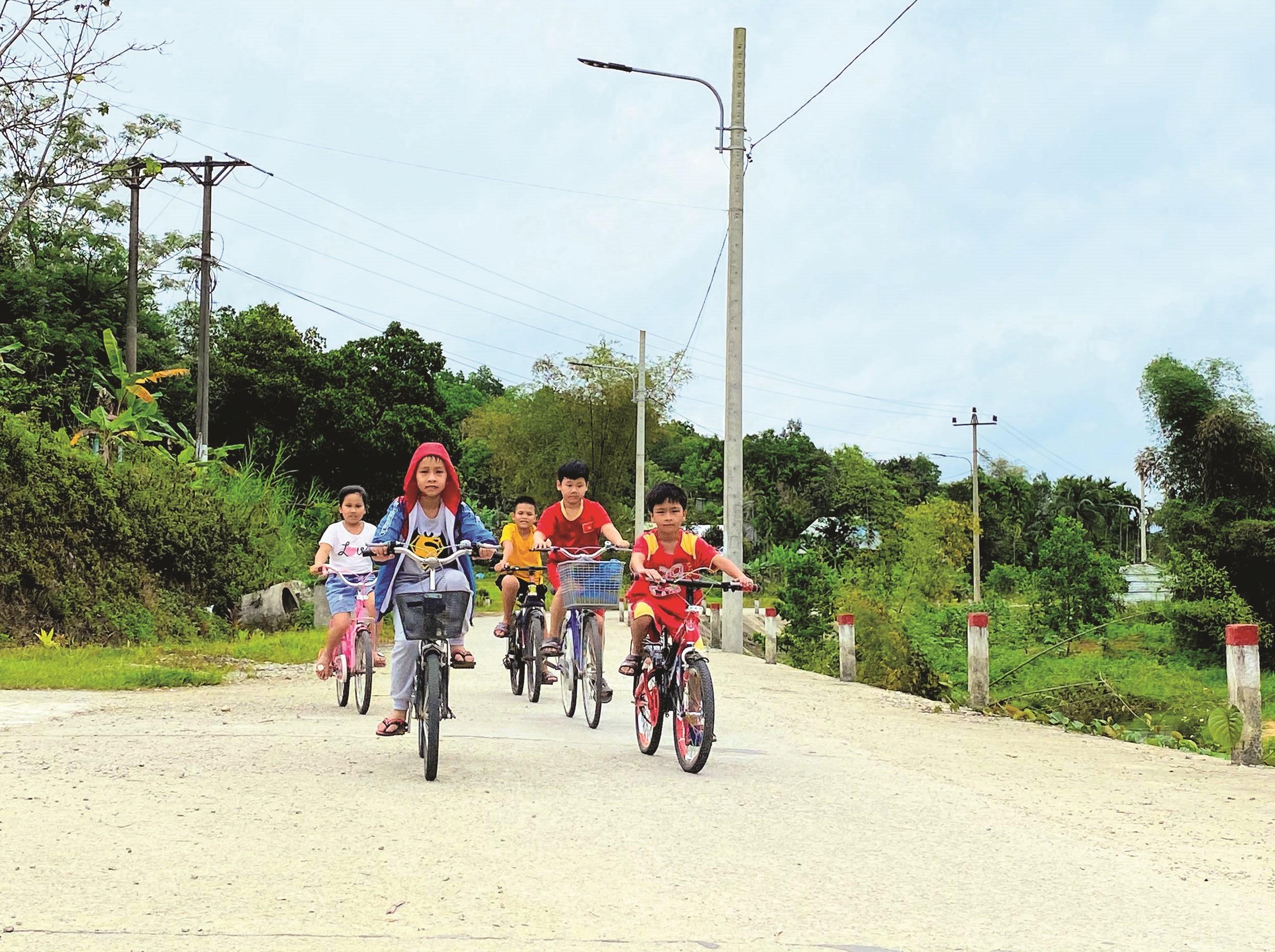 Con đường mới hoàn thành nhờ phát huy vai trò tiên phong, gương mẫu của nhiều đảng viên ở Trà Đông trong phong trào hiến đất làm đường.