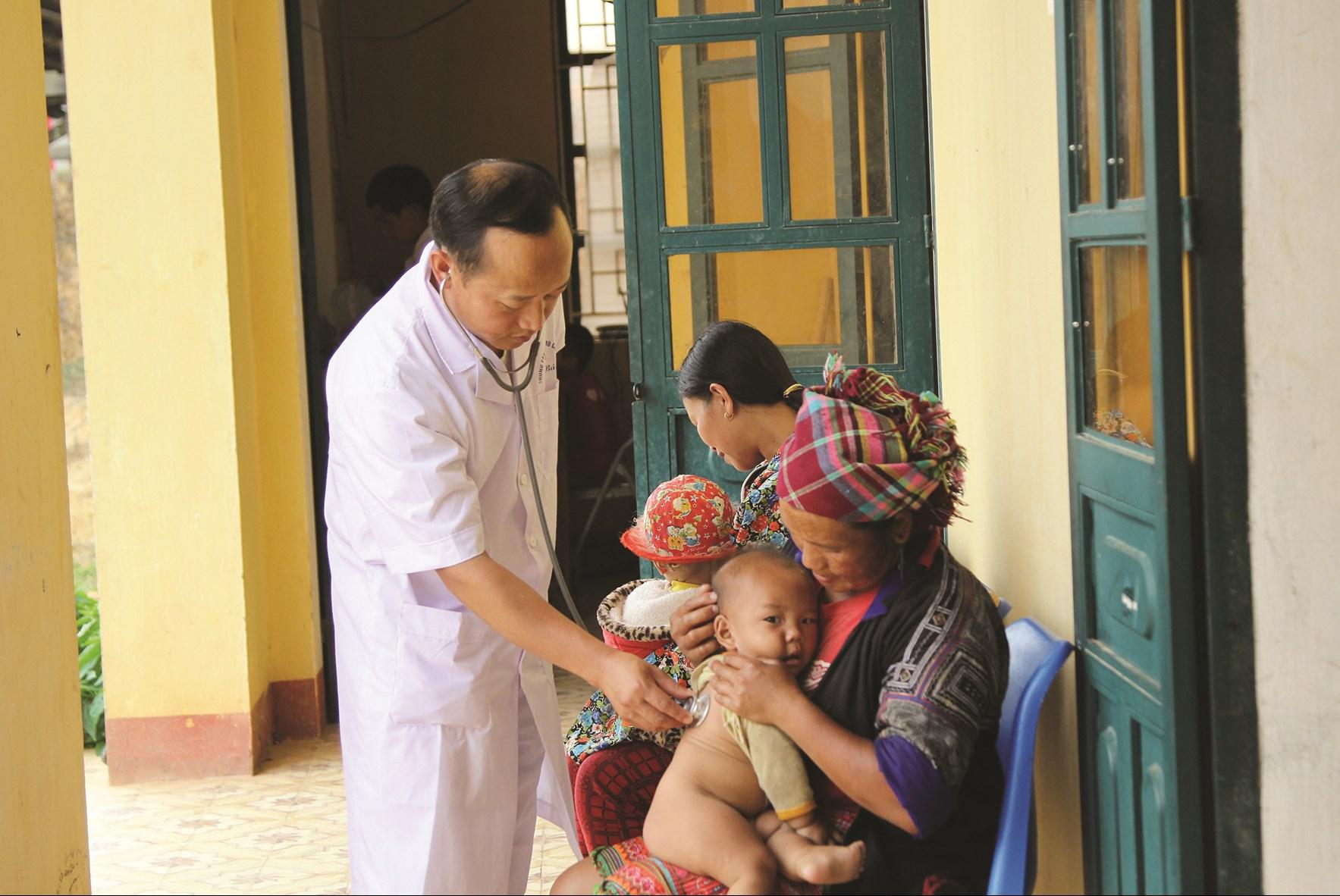 Cần tăng cường chăm sóc sức khỏe cho trẻ em để nâng cao chất lượng dân số (ảnh chụp tại xã Nậm Khắt, huyện Mù Cang Chải, tỉnh Yên Bái).