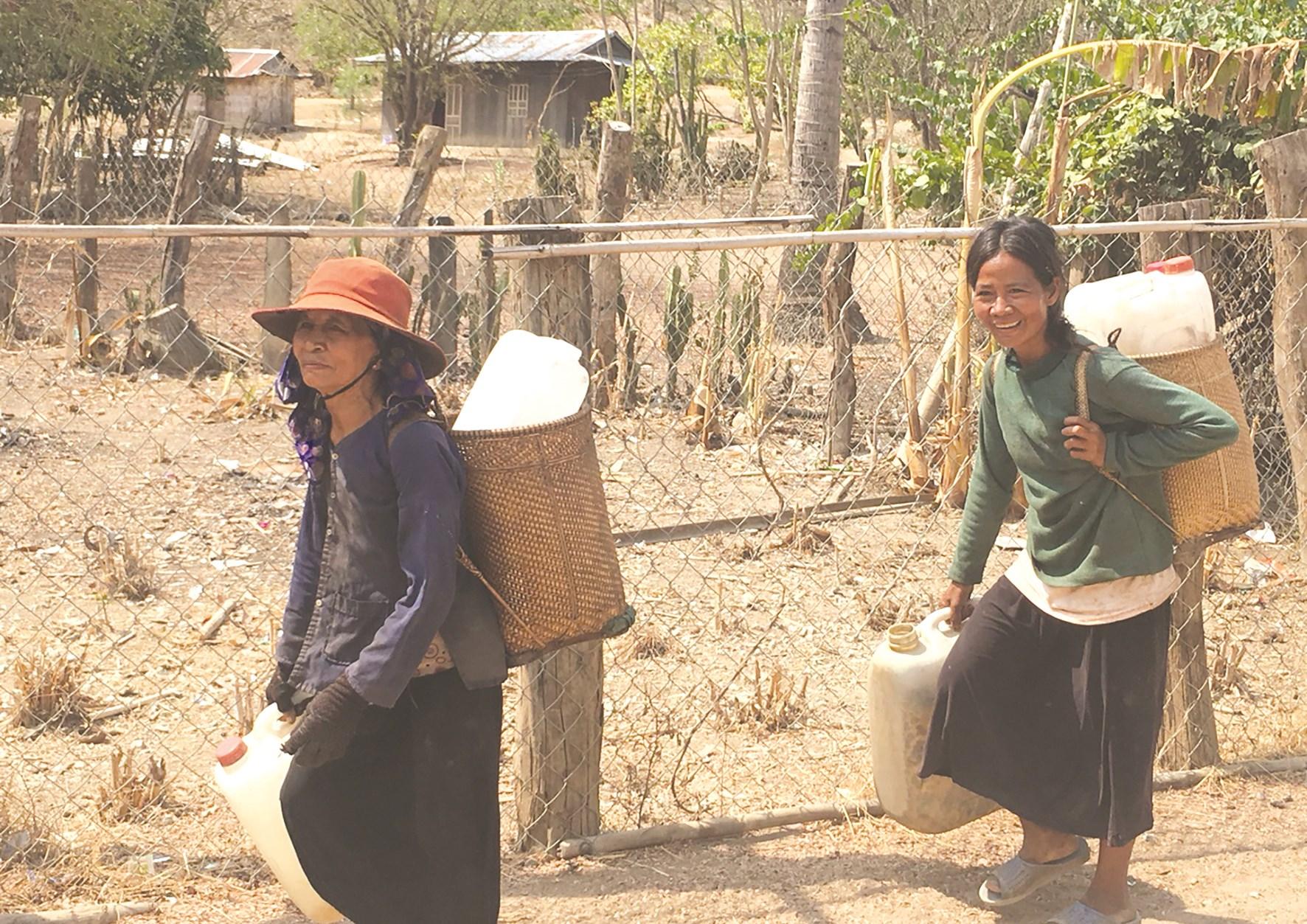 Người dân Ninh Sơn phải đi cõng từng can nước về dùng qua ngày