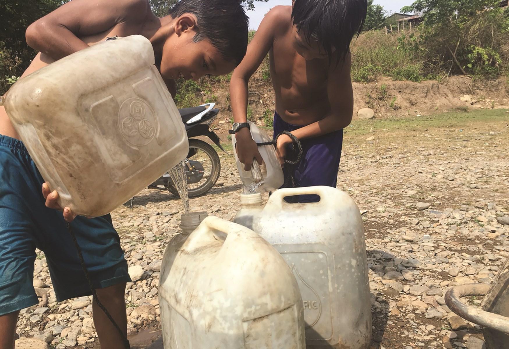Nhiều trẻ em ở Ninh Sơn cũng phải mang can đi lấy nước phụ giúp gia đình