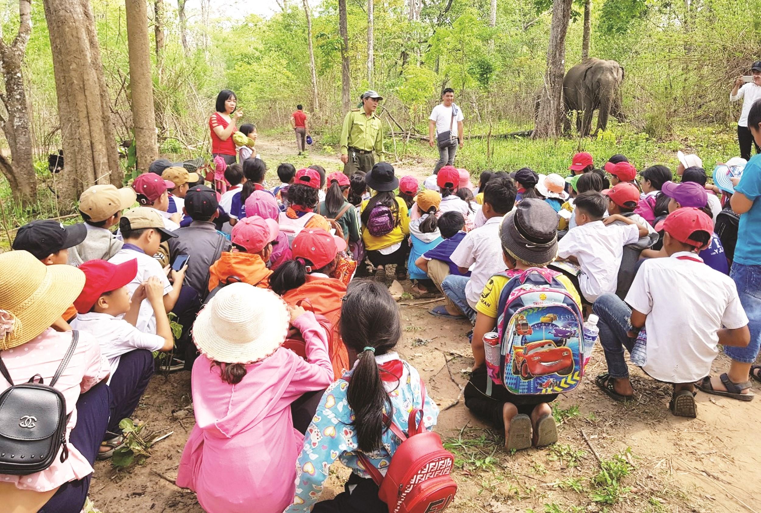 Cán bộ VQG Yok Đôn giới thiệu với đoàn học sinh về voi và hệ sinh thái VQG