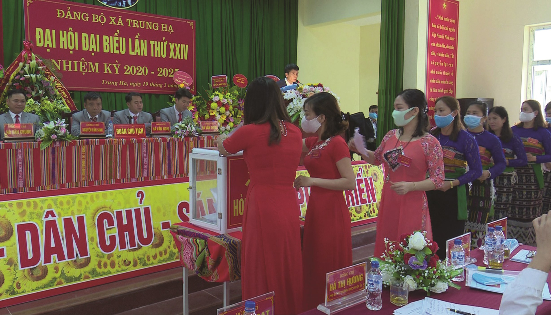 Quan Sơn là một trong những địa phương hoàn thành sớm công tác tổ chức Đại hội cấp cơ sở. (Trong ảnh: Các đại biểu xã Trung Hạ bầu BCH Đảng bộ xã khóa mới).
