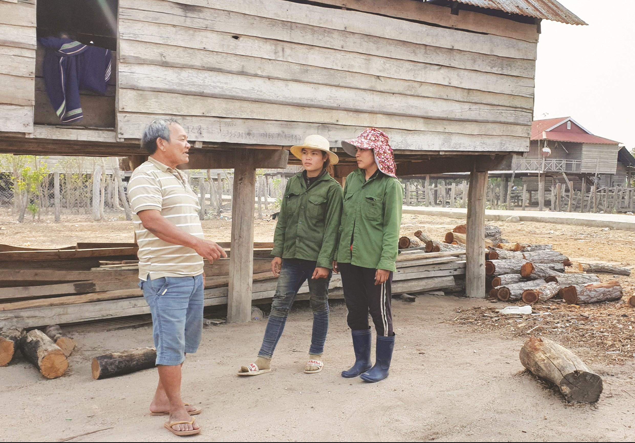 Già làng Đinh Văn Chiêm tích cực tuyên truyền, vận động giúp người dân thay đổi nếp nghĩ, cách làm