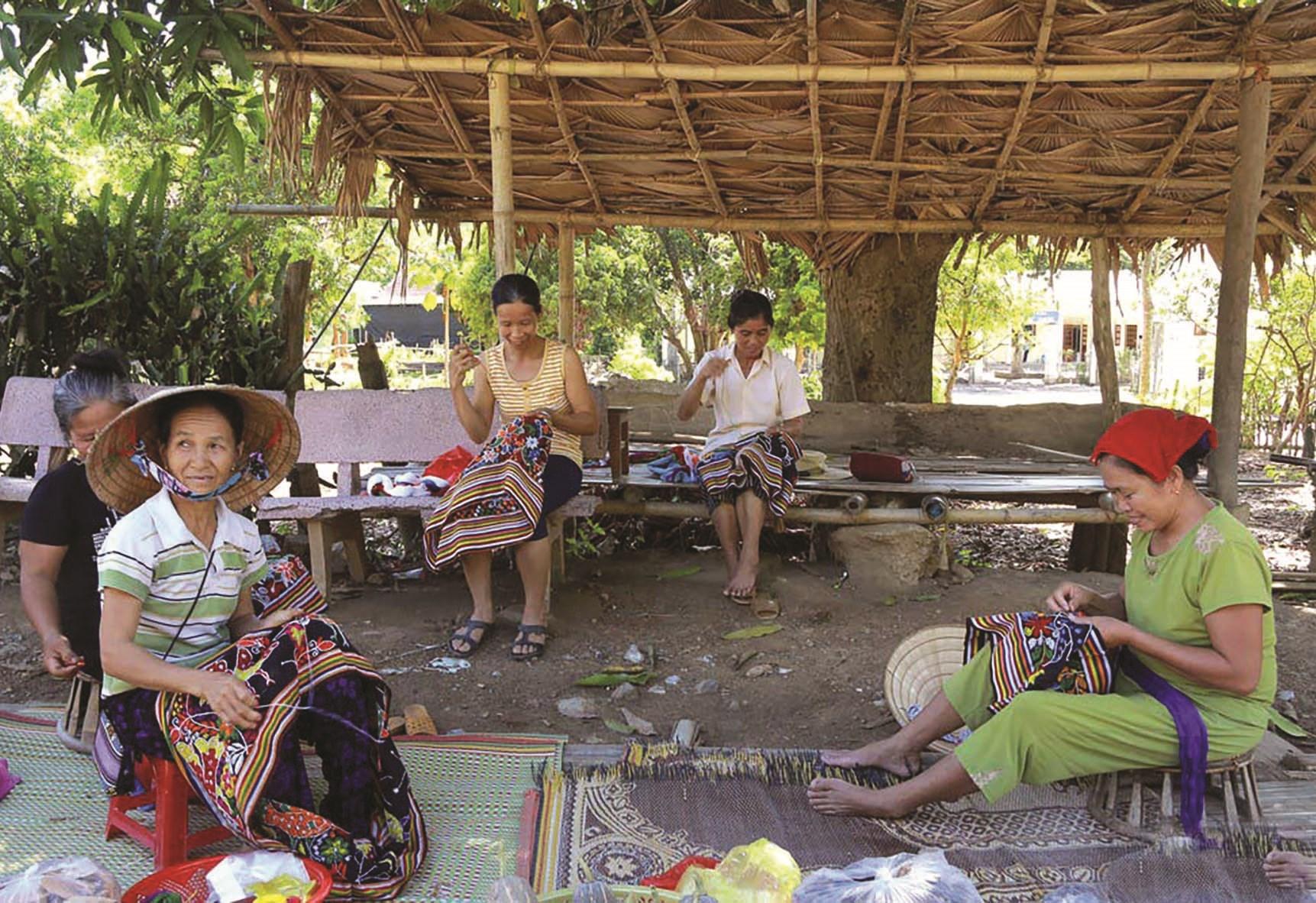 Lúc nông nhàn người dân làng nghề thổ cẩm Thái Minh tranh thủ sản xuất thổ cẩm tăng thu nhập