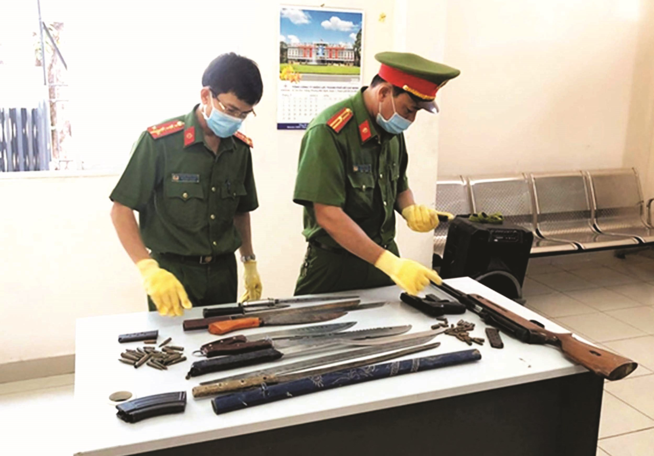 Các loại vũ khí, công cụ hỗ trợ do người dân tự nguyện đến giao nộp.