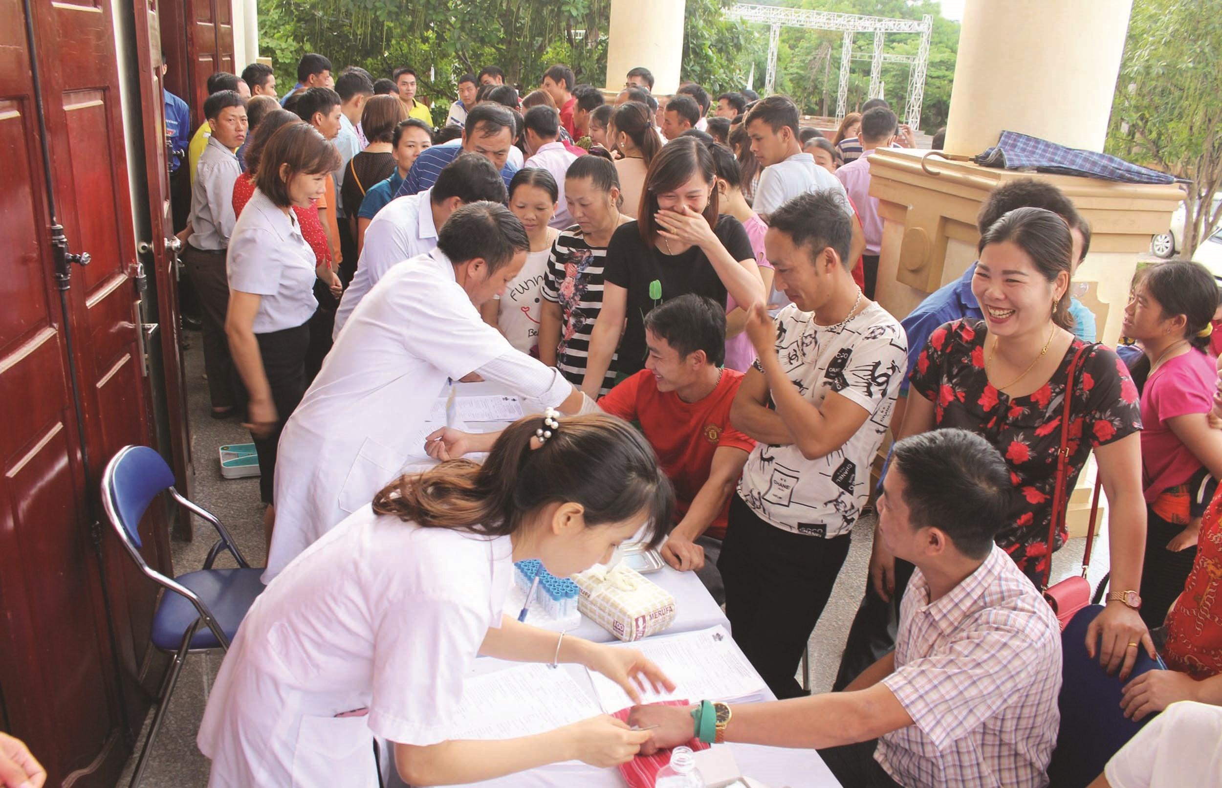 Các y, bác sĩ khám bệnh tại cơ sở cho người dân ở Điện Biên