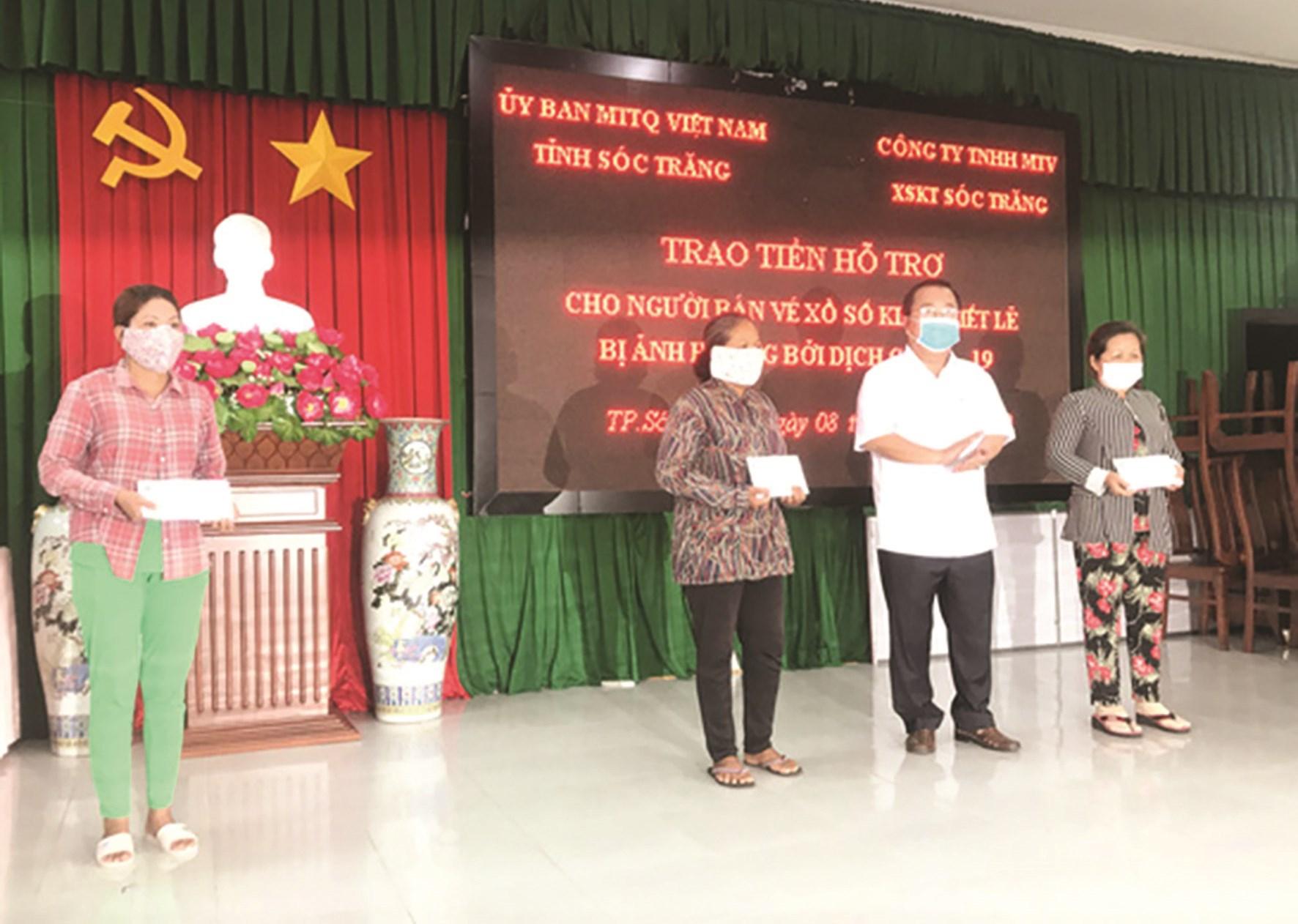 Lãnh đạo tỉnh Sóc Trăng trao tiền hỗ trợ cho người DTTS bán vé số trên địa bàn tỉnh.