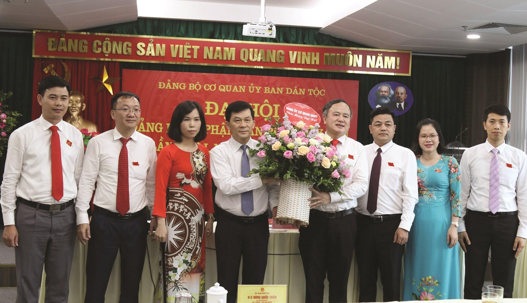 Bí thư Đảng ủy, Thứ trưởng, Phó Chủ nhiệm UBDT Nông Quốc Tuấn tặng hoa chúc mừng Ban Chấp hành Đảng bộ Bộ phận Văn phòng UBDT nhiệm kỳ 2020 – 2025.