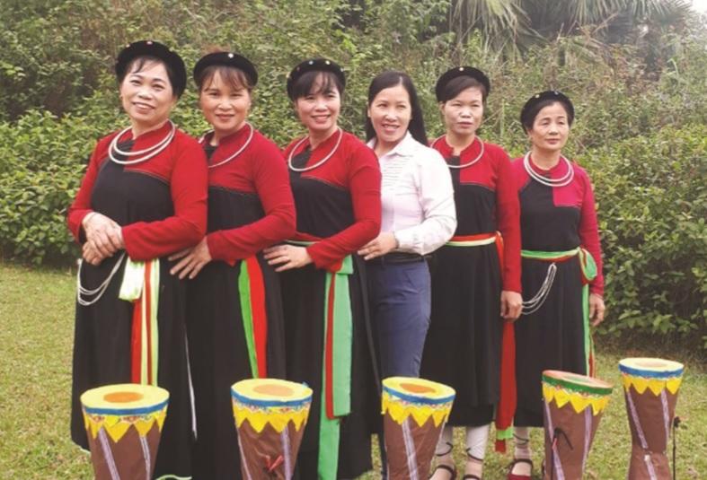 Bà Lê Thị Kim (ngoài cùng bên trái) cùng các thành viên trong Câu lạc bộ văn hóa người Cao Lan xã Kim Phú