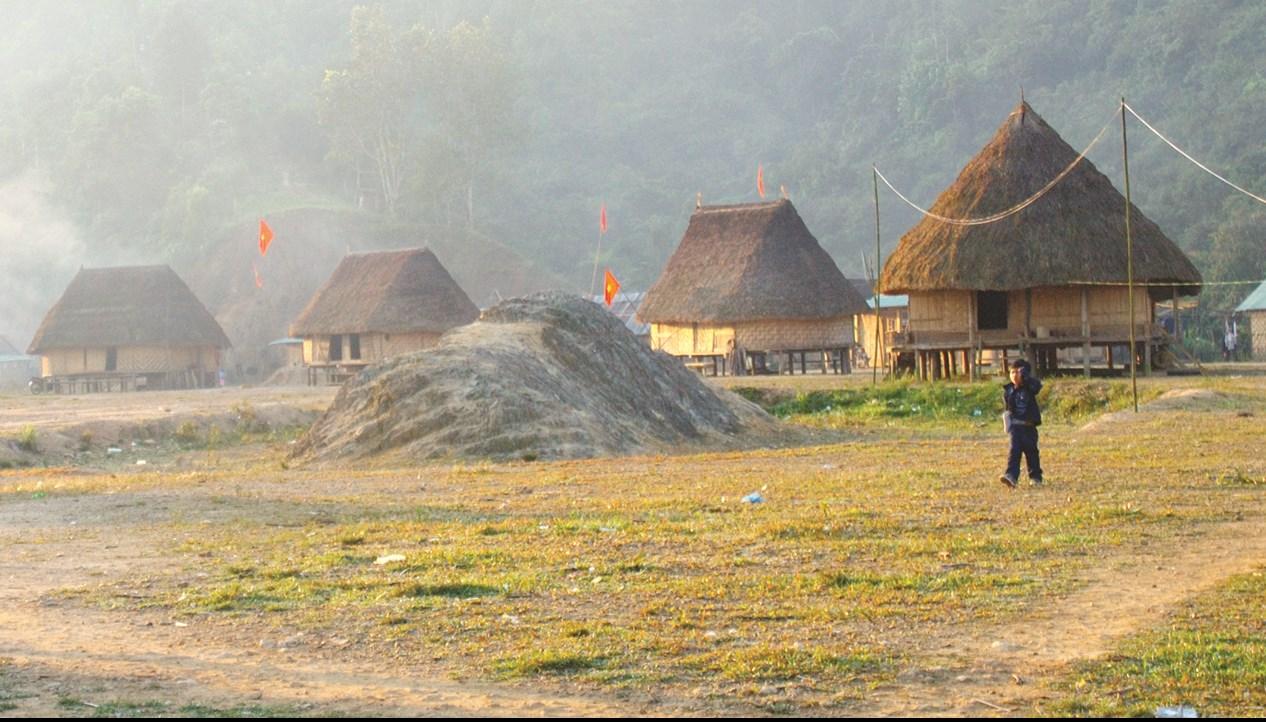 Những nếp nhà truyền thống ở làng Pơr Ning