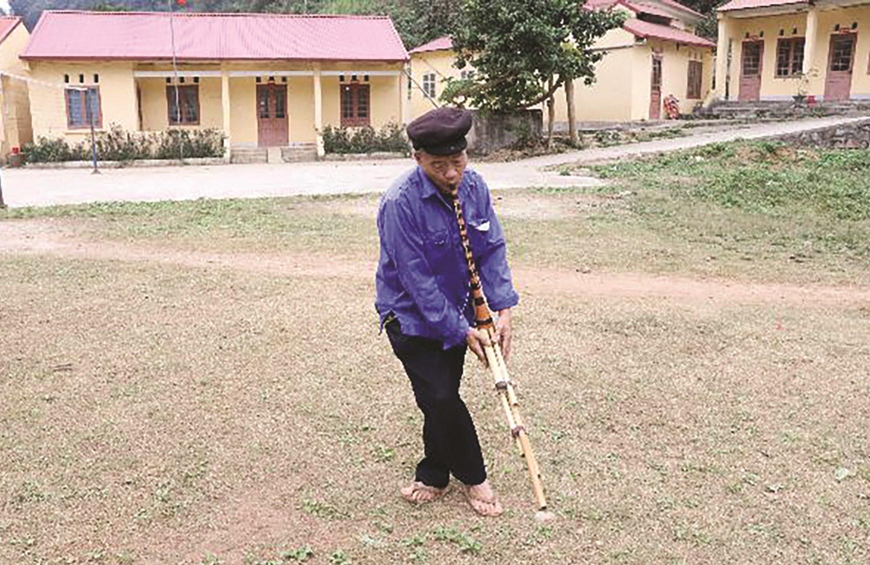 Ông Dương Văn Chảng biểu diễn một bài khèn Mông