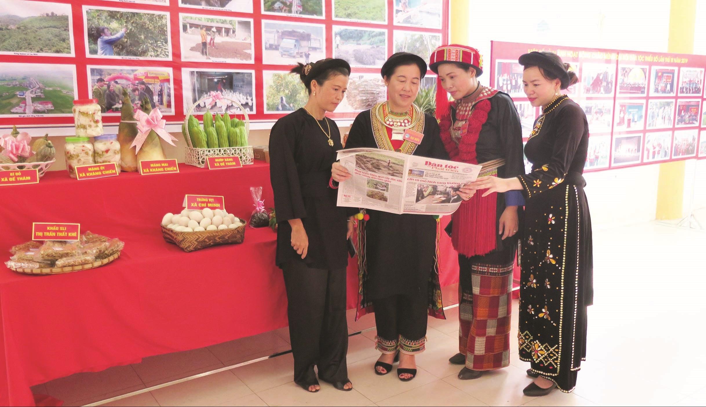 Chị Bàn Thị Thanh (thứ hai bên trái) cùng bà con DTTS tìm hiểu thông tin trên Báo Dân tộc và Phát triển.