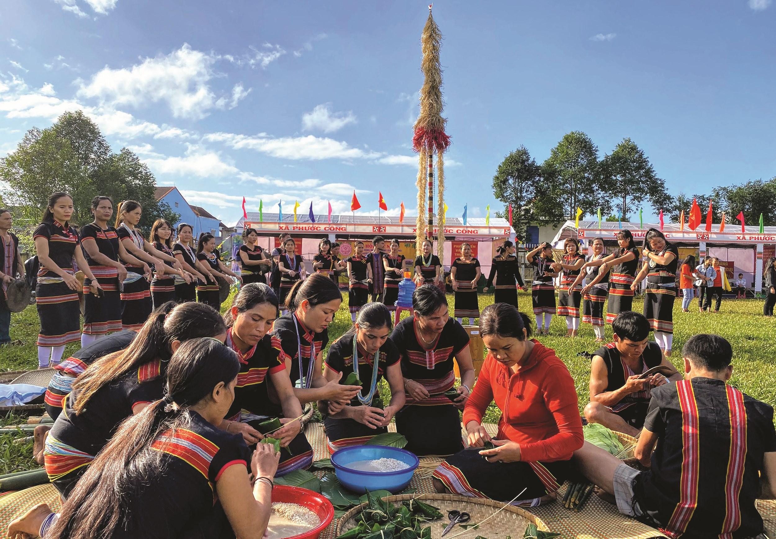 Đời sống văn hóa của đồng bào DTTS và miền núi ngày càng phát triển. (Trong ảnh: Phụ nữ DTTS gói bánh chưng trong Lễ hội Tết mùa ở huyện Phước Sơn, tỉnh Quảng Nam) Ảnh: Tấn Sỹ