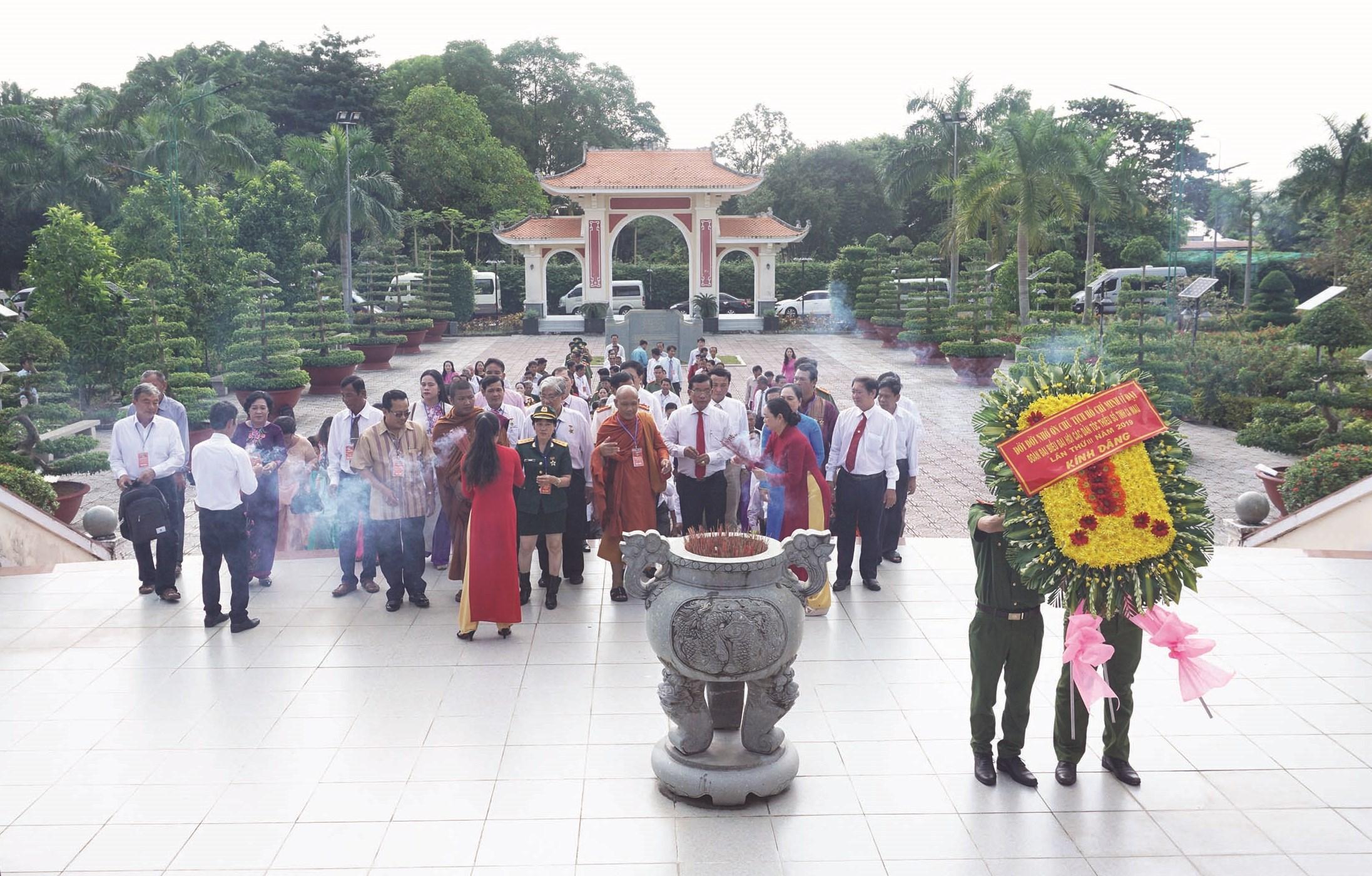 Đoàn đại biểu các DTTS tỉnh Cà Mau đến viếng đền thờ Bác trước ngày khai mạc Đại hội Đại biểu DTTS tỉnh năm 2019.