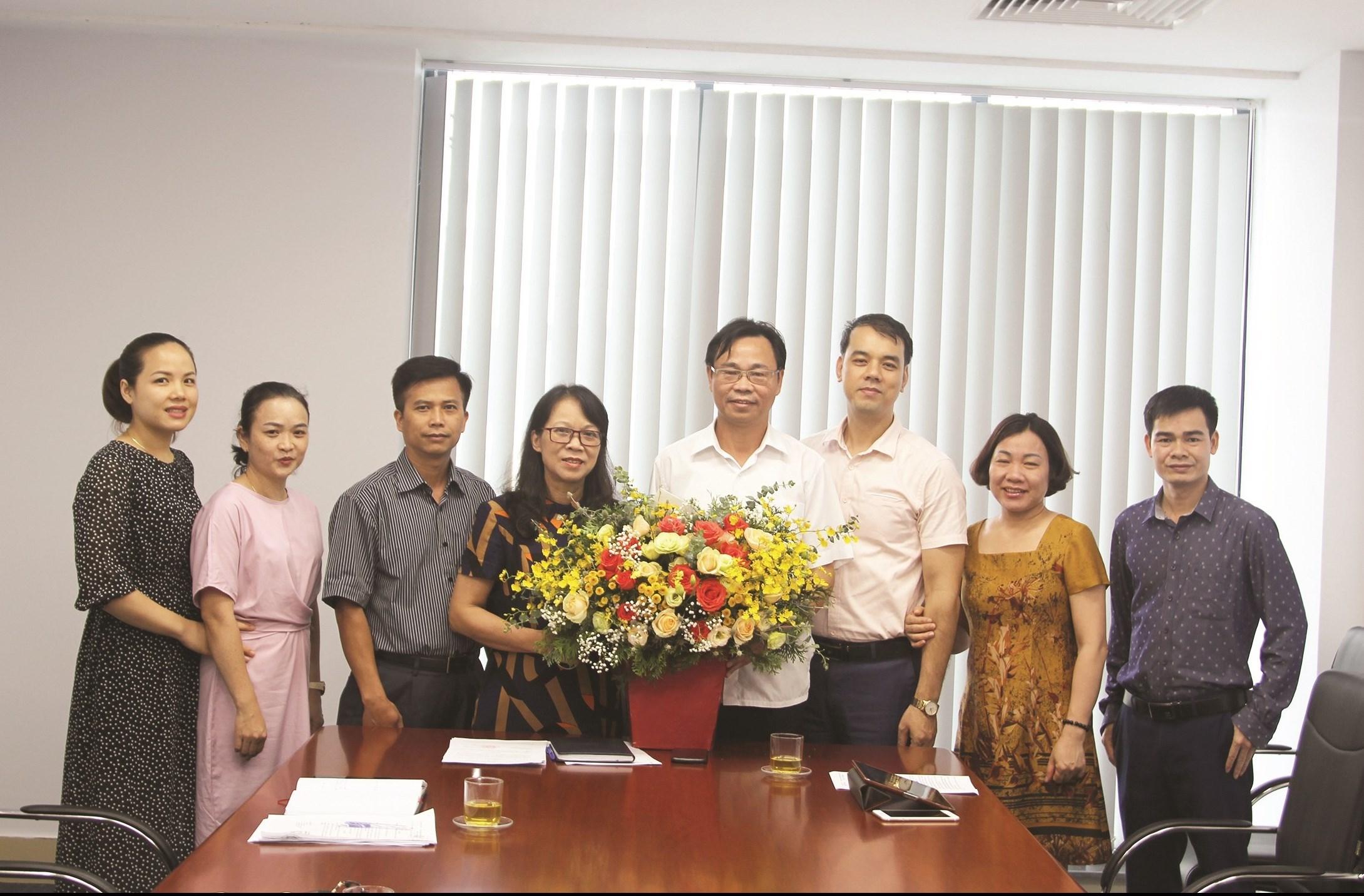 Thứ trưởng, Phó Chủ nhiệm UBDT Hoàng Thị Hạnh tặng hoa chúc mừng ông Lưu Xuân Thủy - Tân Vụ trưởng Vụ DTTS