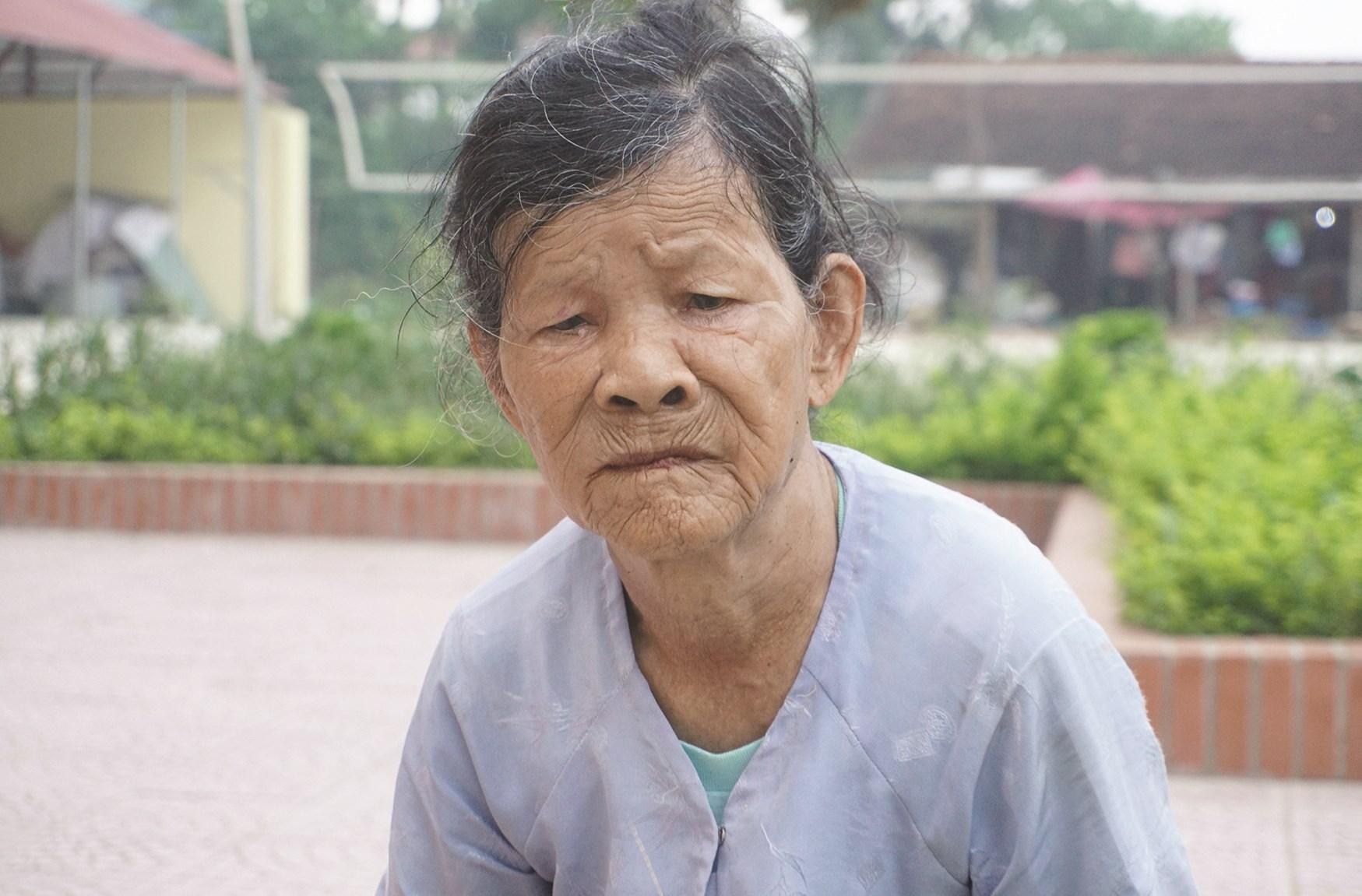 Bà Cúc 87 tuổi, nước mắt lăn dài trên gương mặt khắc khổ về việc gia đình bà không được bình xét hộ nghèo