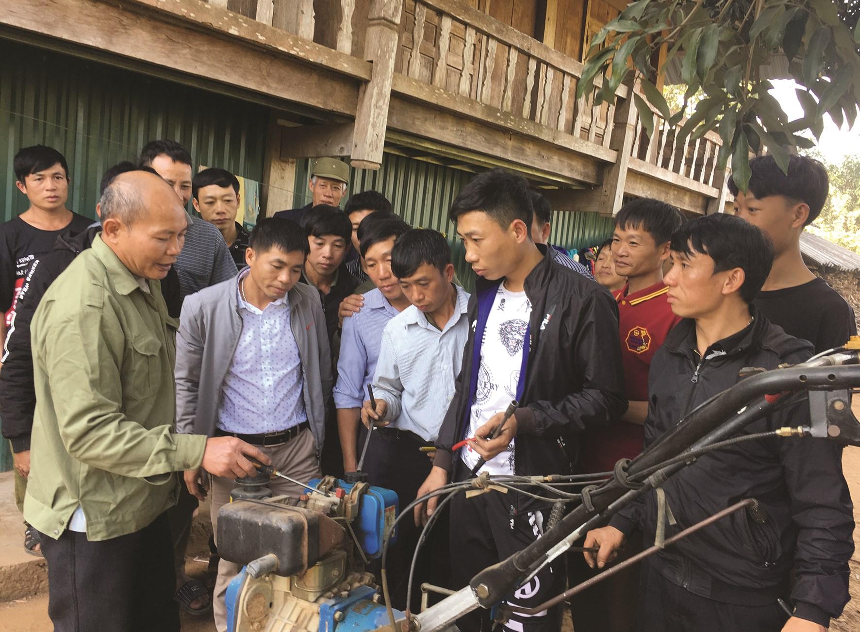 Người dân Lai Châu học nghề sửa chữa máy nông nghiệp.