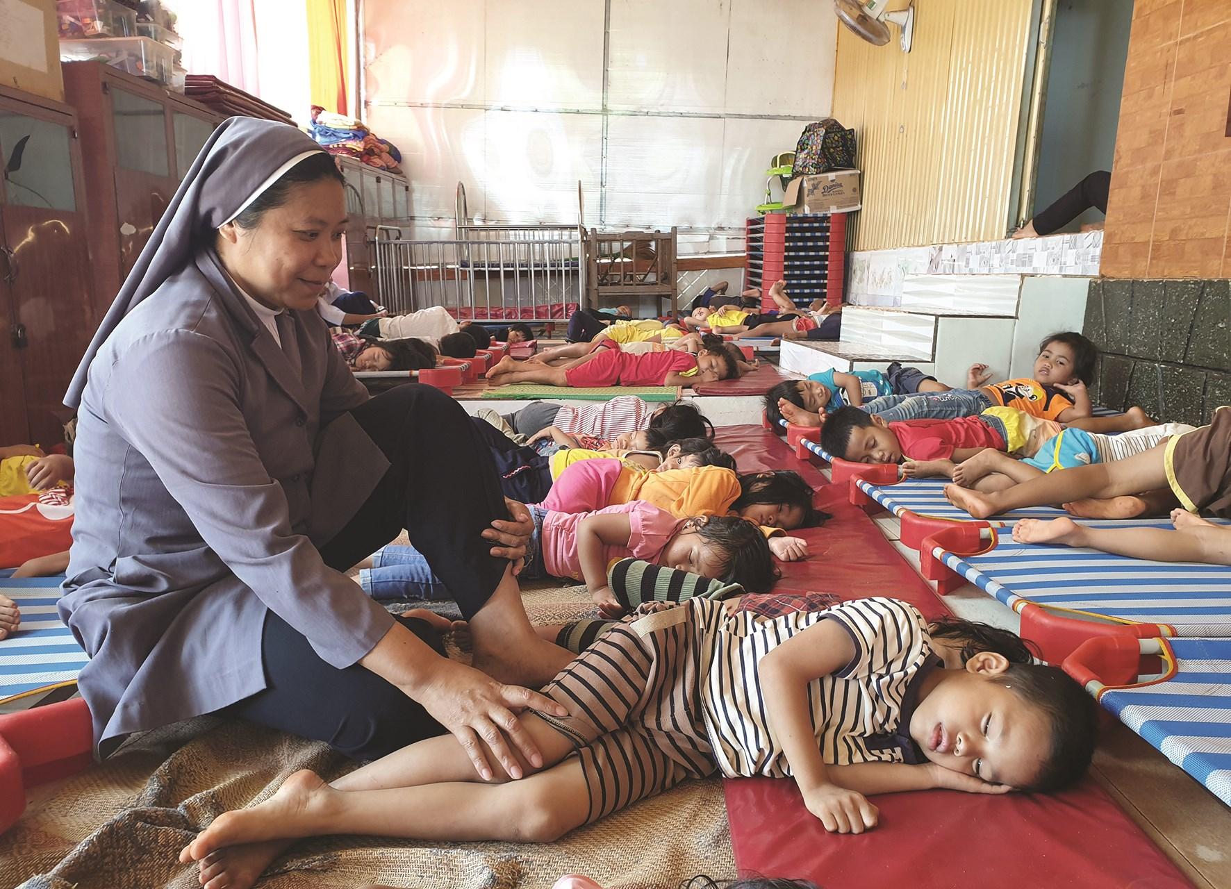 Nhờ sơ Nguyễn Thị Kim Chi, nhờ mái ấm mà các em nhỏ đồng bào DTTS được quan tâm hơn.