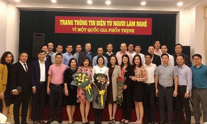 Các đại biểu chụp ảnh lưu niệm tại Lễ ra mắt Trang thông tin điện tử Người làm nghề