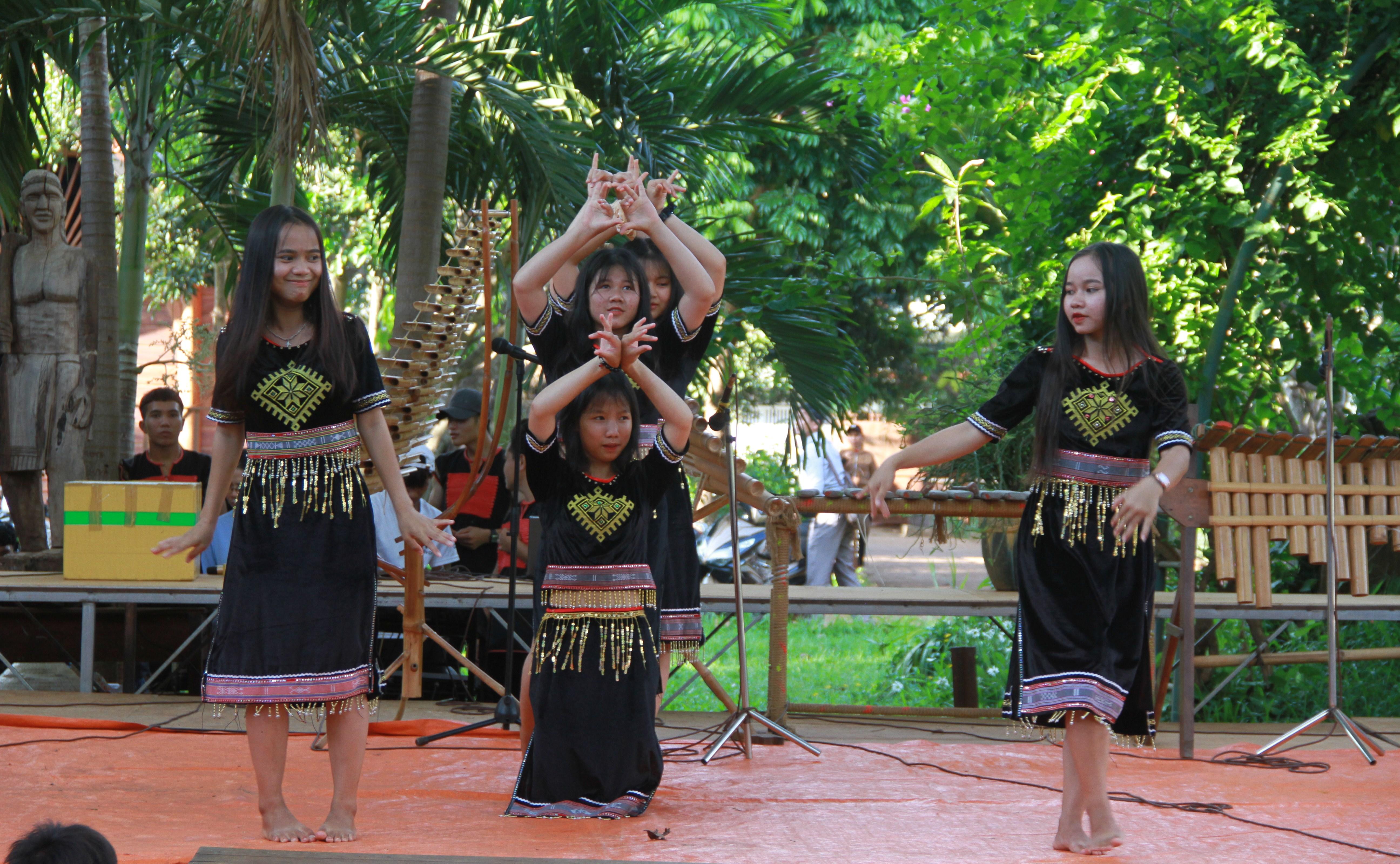 Các em học sinh nhà Lưu trú Têrêxa biểu diễn văn nghệ