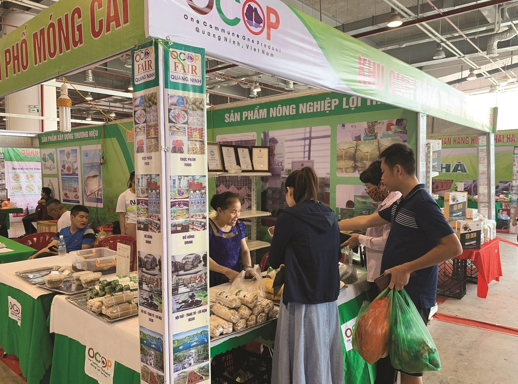 Các sản phẩm OCOP vùng DTTS và miền núi tỉnh Quảng Ninh thu hút được nhiều sự quan tâm của du khách.