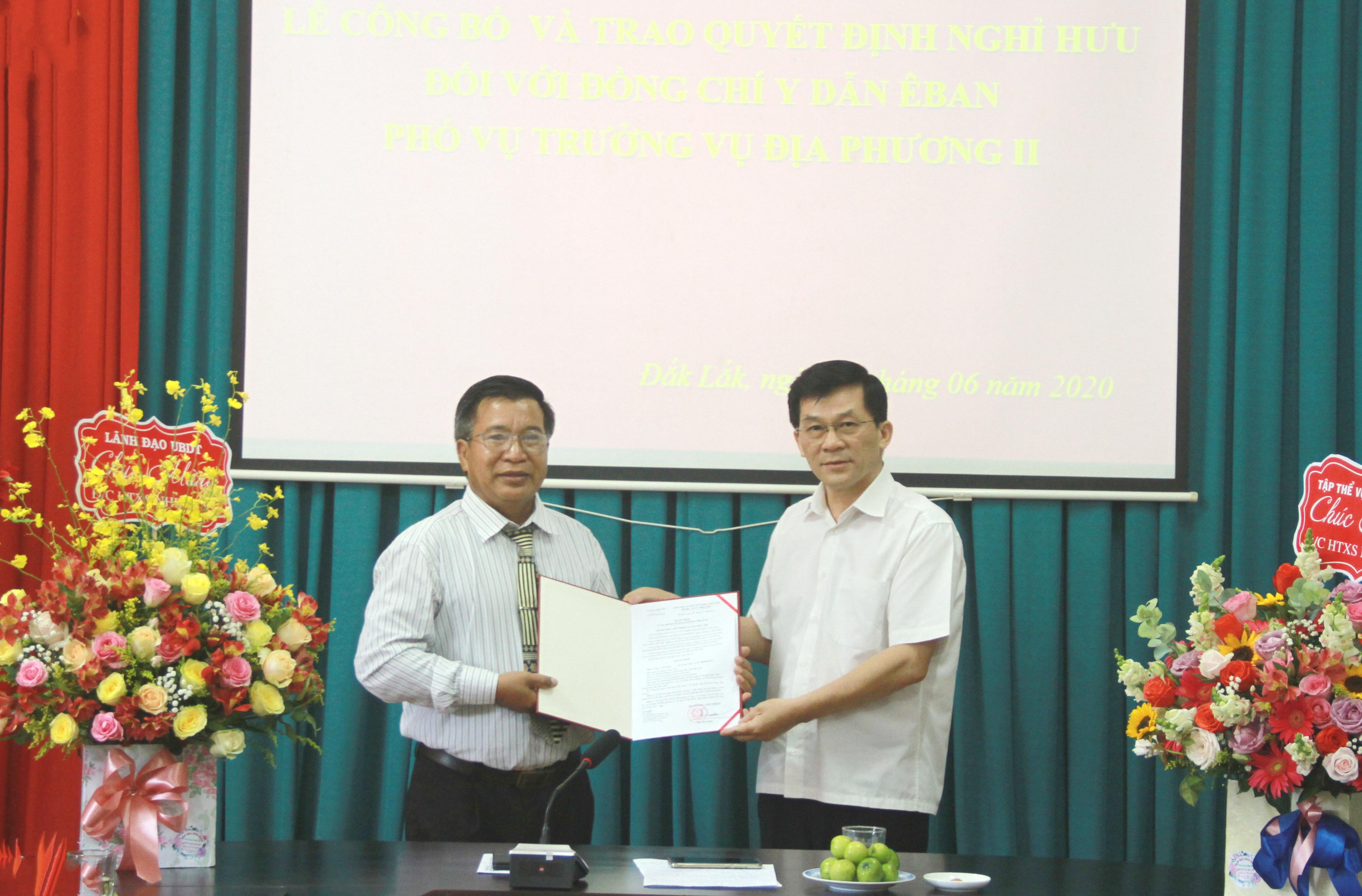 Thứ trưởng, Phó Chủ nhiệm UBDT Nông Quốc Tuấn trao quyết định nghỉ hưu cho ông Y Dẫn Êban