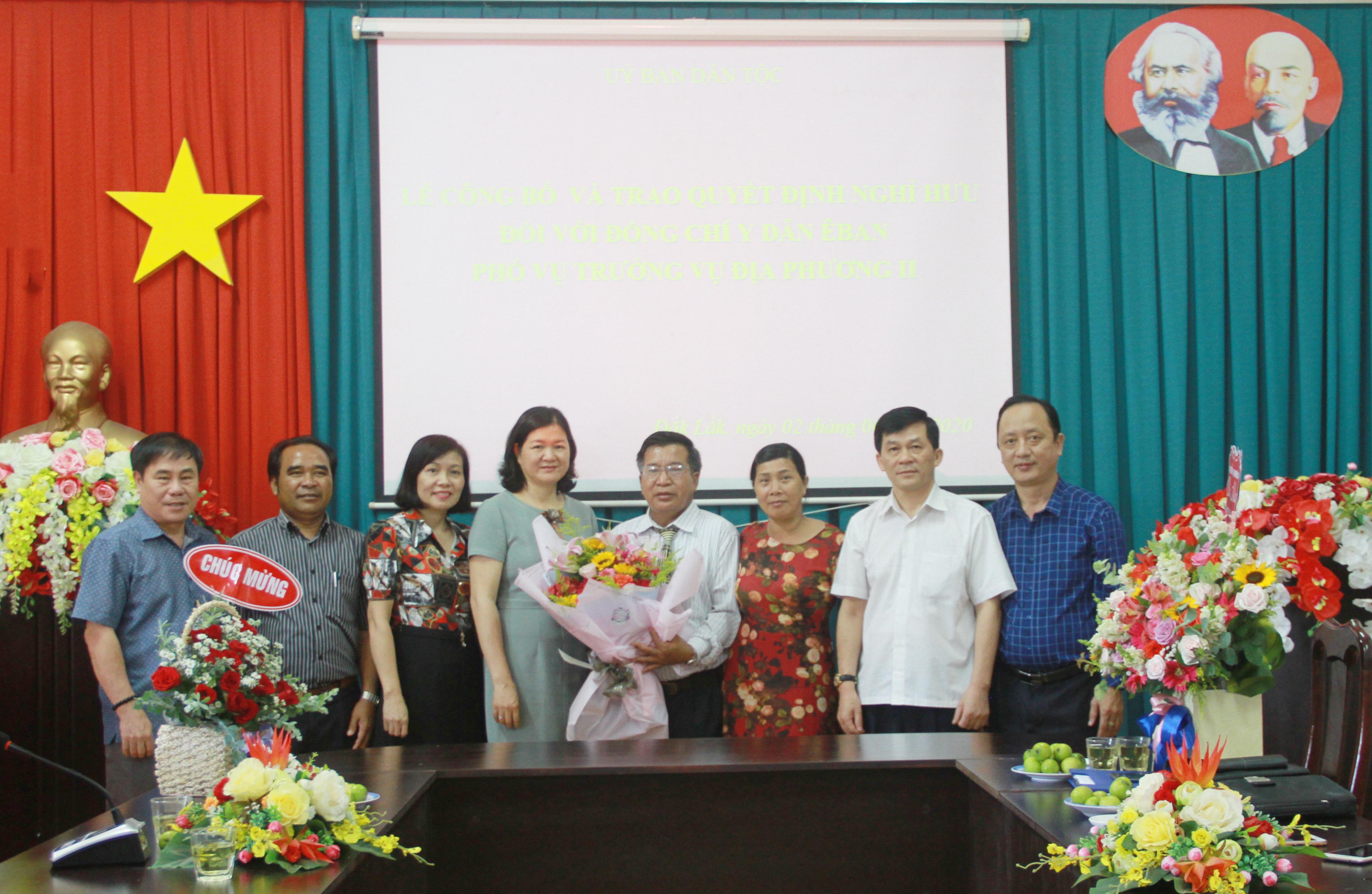 Ông Y Dẫn Êban chụp ảnh lưu niệm cùng Thứ trưởng, Phó Chủ nhiệm UBDT Nông Quốc Tuấn và lãnh đạo các Vụ của UBDT