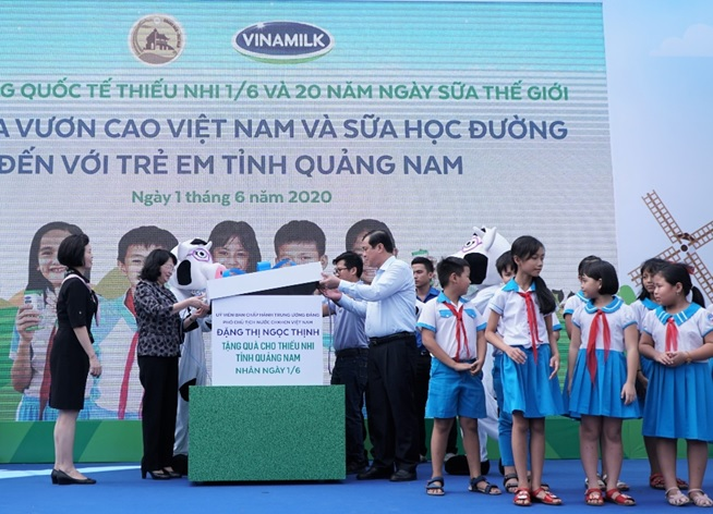 Phó Chủ tịch nước Đặng Thị Ngọc Thịnh cùng các đại biểu mở món quà đặc biệt dành tặng các em học sinh nhân ngày tết thiếu nhi