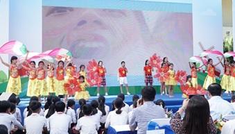 Ngày hội 1/6 diễn ra rất sôi động với nhiều tiết mục văn nghệ do các em học sinh biểu diễn và sân chơi được Vinamilk tổ chức cho các em