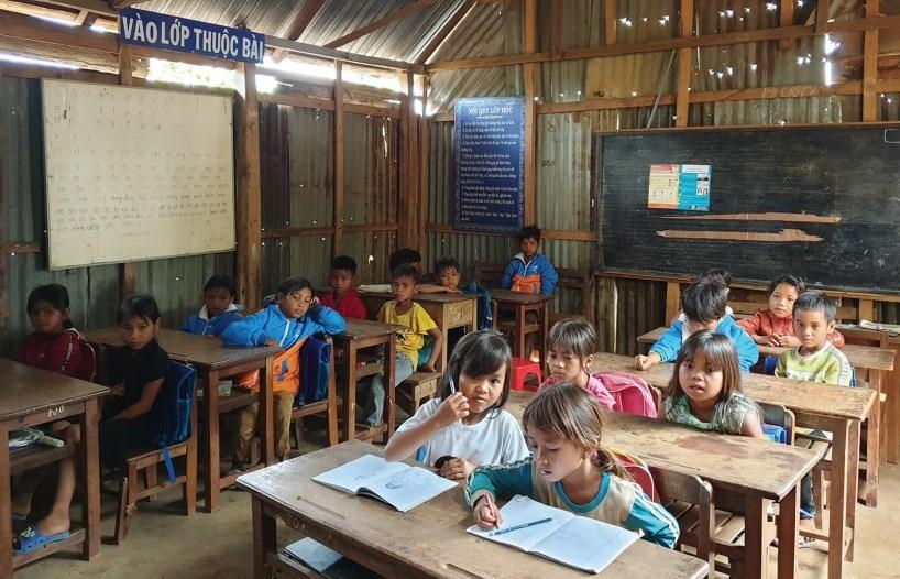 Lớp học được lợp ằng tôn bị thủng chi chít, mùa mưa thì ướt át, mùa hè thì nóng nực.