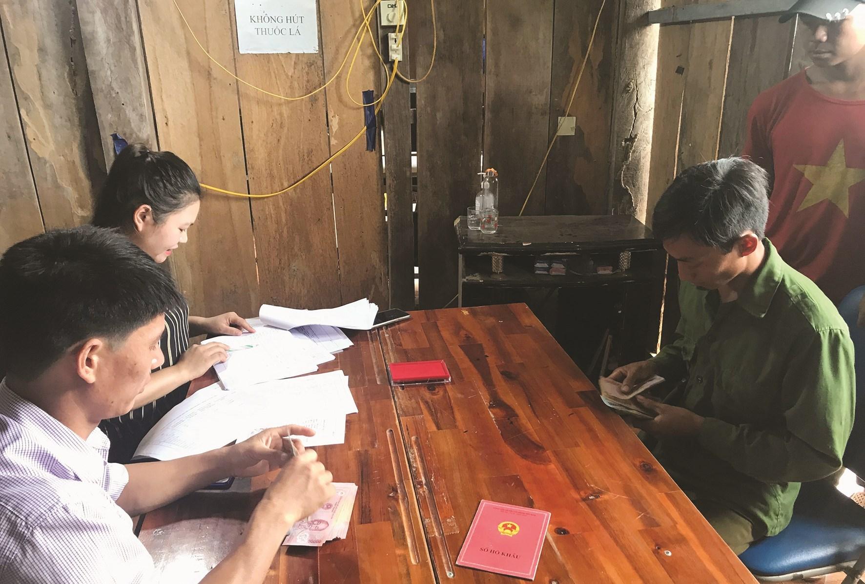 UBND xã Nậm Chà, huyện Nậm Nhùn (Lai Châu) tiến hành chi trả hỗ trợ người dân gặp khó khăn do ảnh hưởng của dịch Covid-19