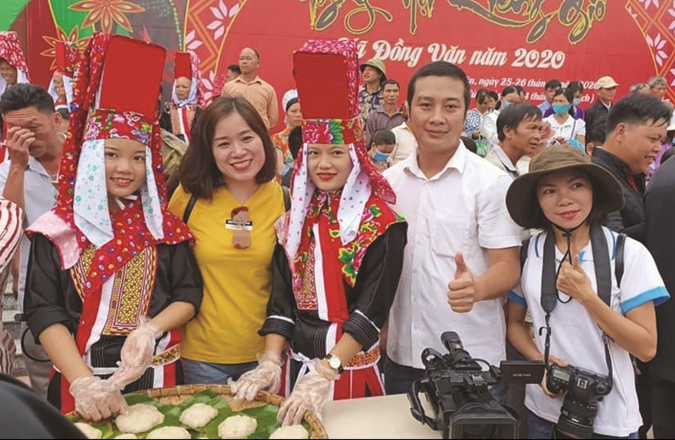 Du khách nội địa thích thú khi được trải nghiệm những Tour du lịch văn hóa của đồng bào DTTS trên địa bàn tỉnh Quảng Ninh