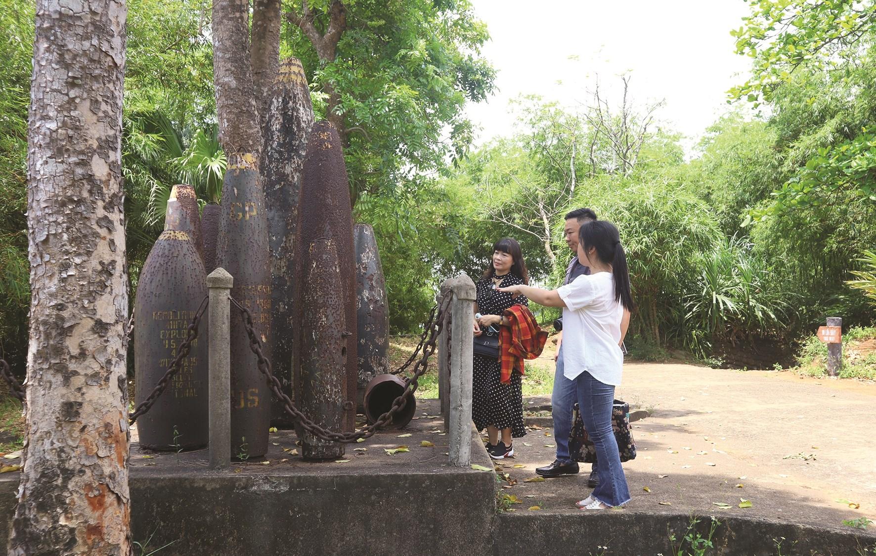 Du khách thăm quan tại khu di tích lịch sử Địa đạo Vịnh Mốc.