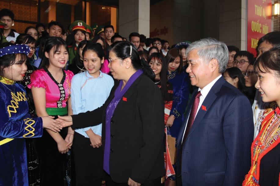 Phó Chủ tịch Thường trực Quốc hội Tòng Thị Phóng và Bộ trưởng, Chủ nhiệm UBDT trò chuyện với các em học sinh, sinh viên tại Lễ Tuyên dương