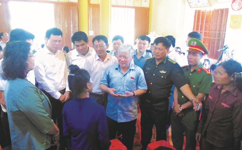 Bộ trưởng, Chủ nhiệm Ủy ban Dân tộc Đỗ Văn Chiến thăm đồng bào Đan Lai ở Môn Sơn, huyện Con Cuông.