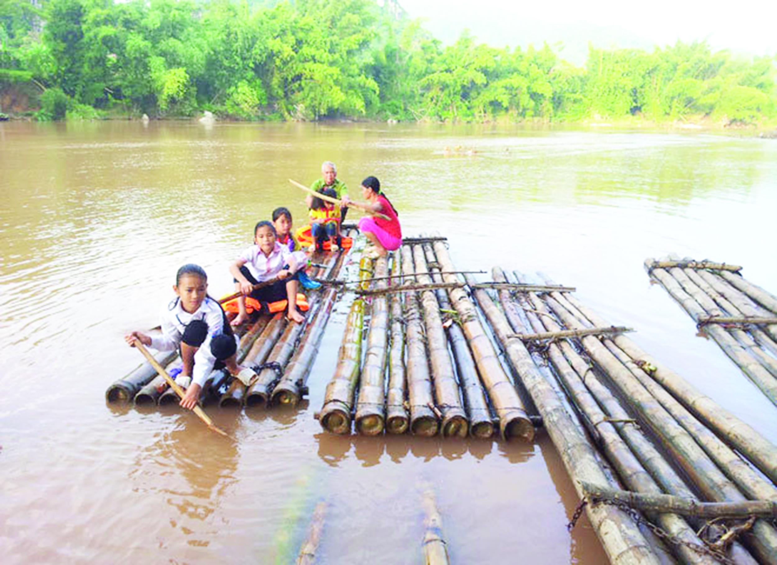 Học sinh ở xã Bình Trung, huyện Cao Lộc phải dùng bè mảng qua sông để đi học.