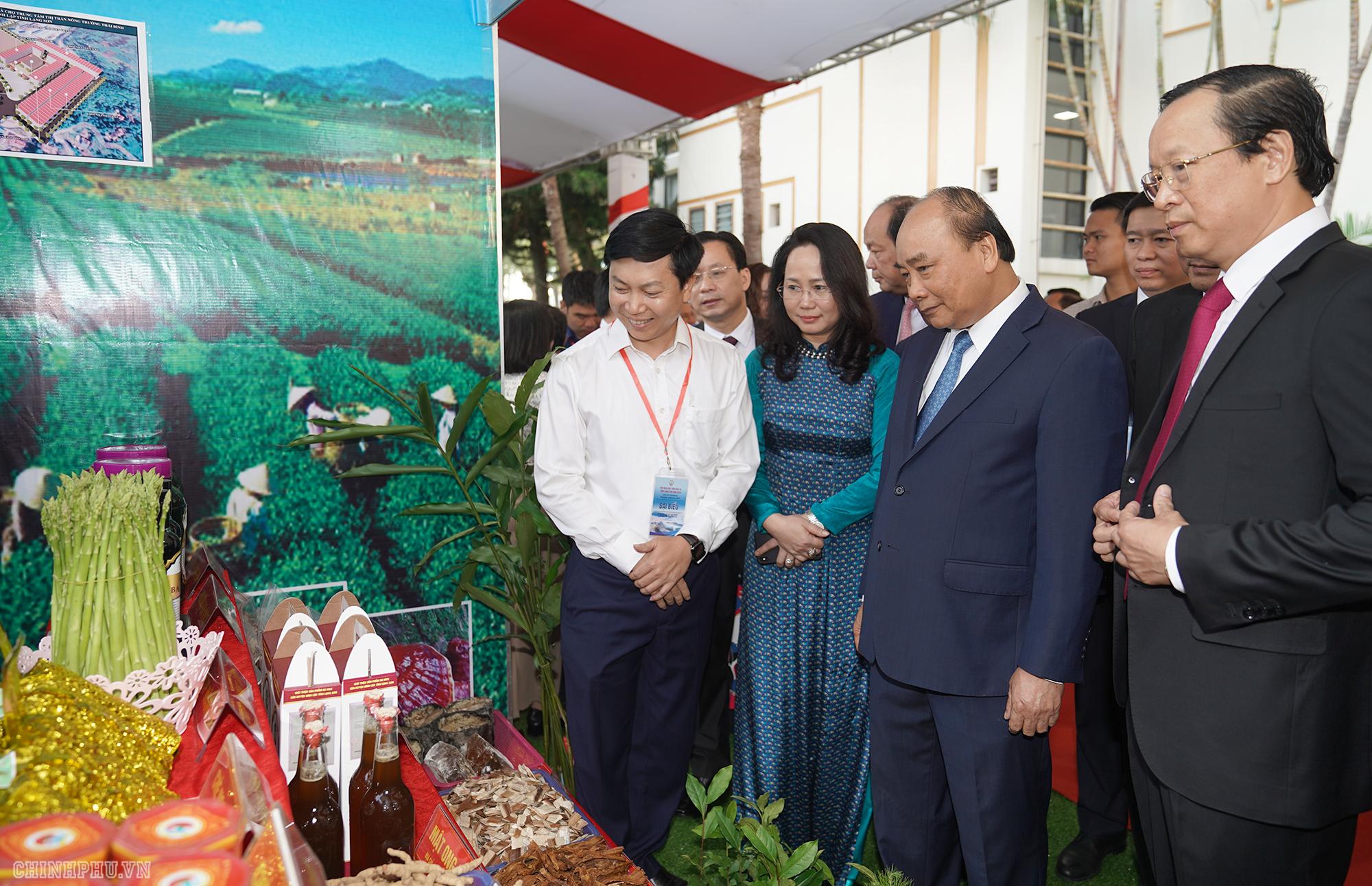 Thủ tướng Chính phủ Nguyễn Xuân Phúc đi thăm các gian trưng bày sản phẩm tại Hội nghị.