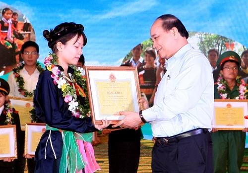 Thủ tướng Chính phủ Nguyễn Xuân Phúc tặng Bằng khen cho các học sinh, sinh viên DTTS xuất sắc tiêu biểu.