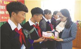 Thứ trưởng, Phó Chủ nhiệm UBDT Hoàng Thị Hạnh chúc Tết tại Yên Bái