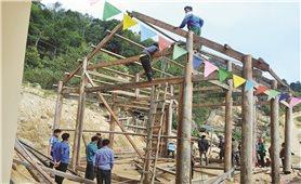 Bản người Mông dựng nhà ở cho giáo viên