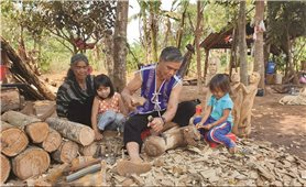 Nghệ nhân Ksor Krôh giữ hồn tượng gỗ