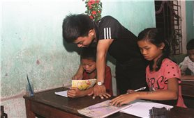 Thầy cô vùng cao sáng đèn giúp học sinh ôn tập